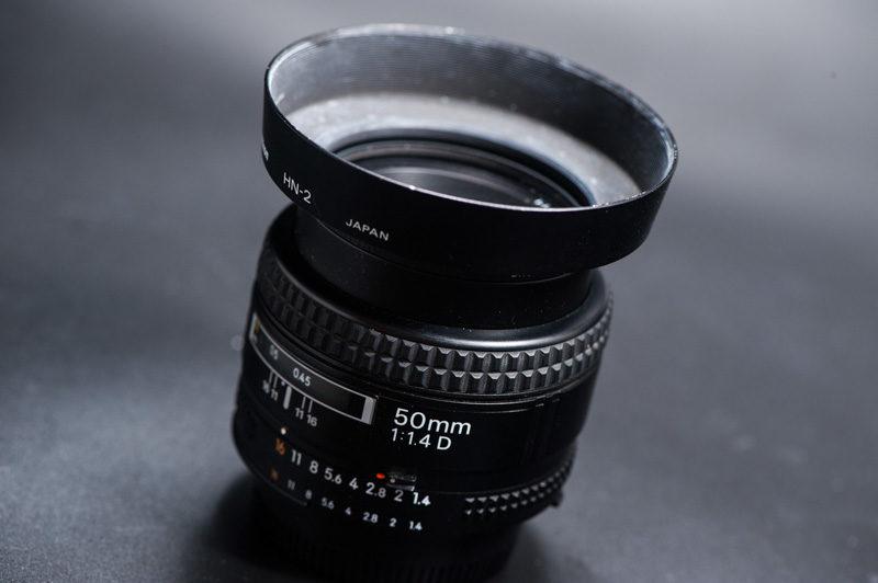 50mmF1.8か50mmF1.4の単焦点レンズ