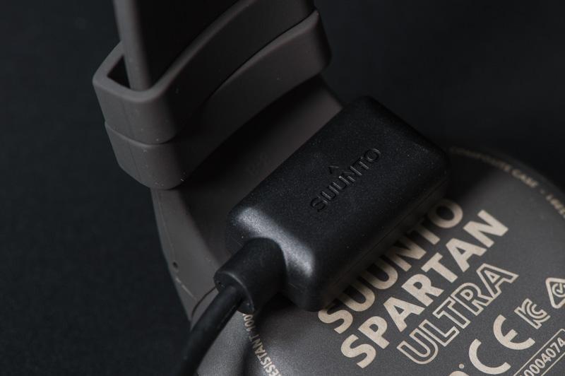 SUUNTO-SPARTAN-ULTRAにケーブルを装着する