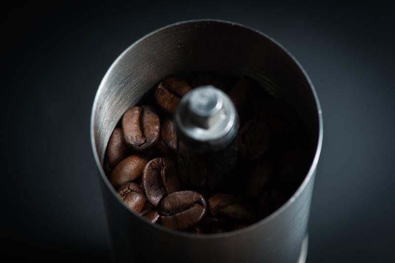 ポーレックスミルの中にコーヒー豆を入れる