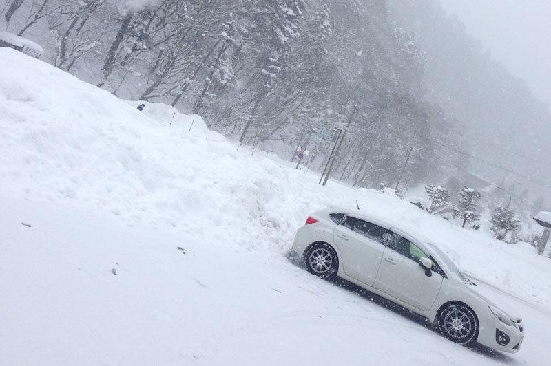 雪山のアウトドアを楽しむ車