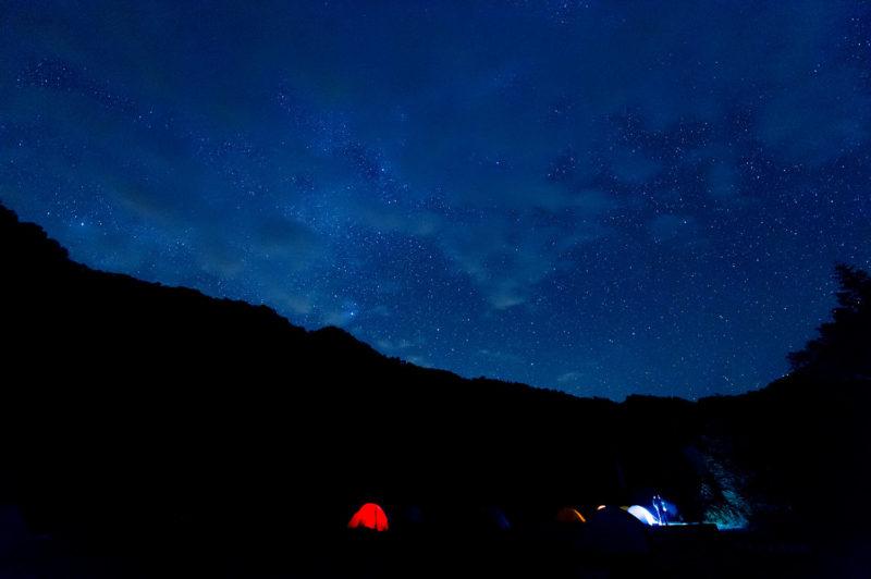明かりは星空とテントだけ