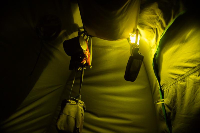 テント内の照明はランタンが快適