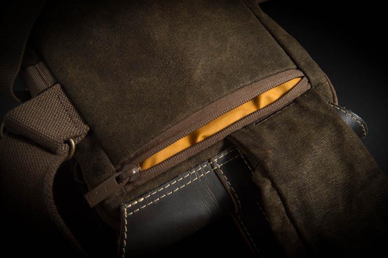 バッグのバックポケットには貴重品を