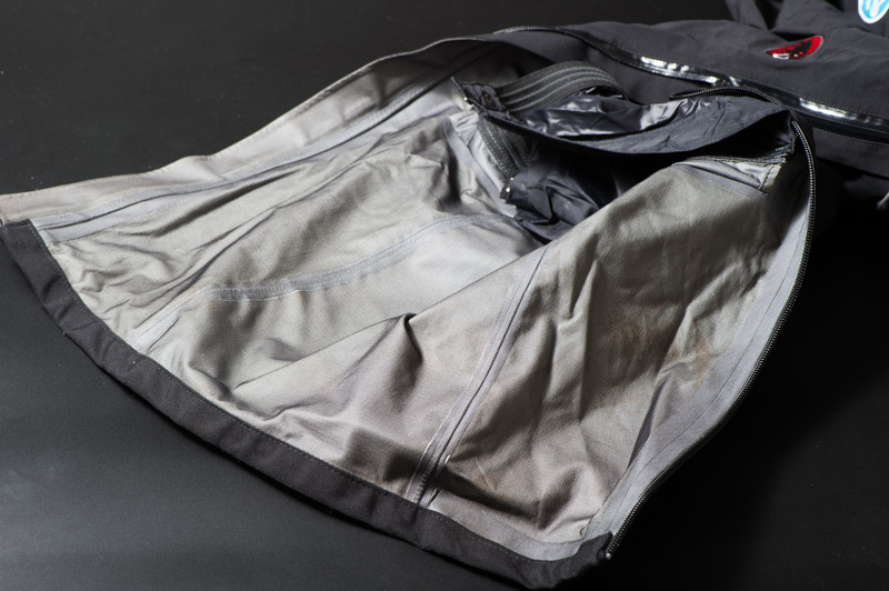 MAMMUT GORE-TEX Quantum Stretch Pantsの汚れ