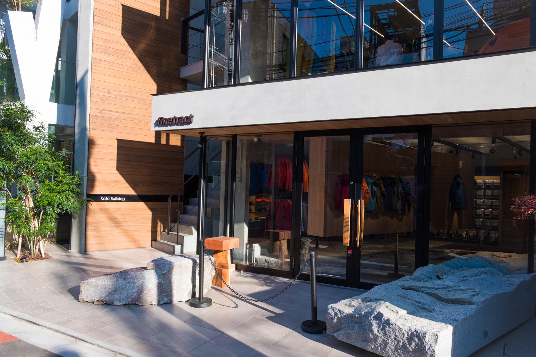 アウトドアフィールドを意識した店舗デザイン