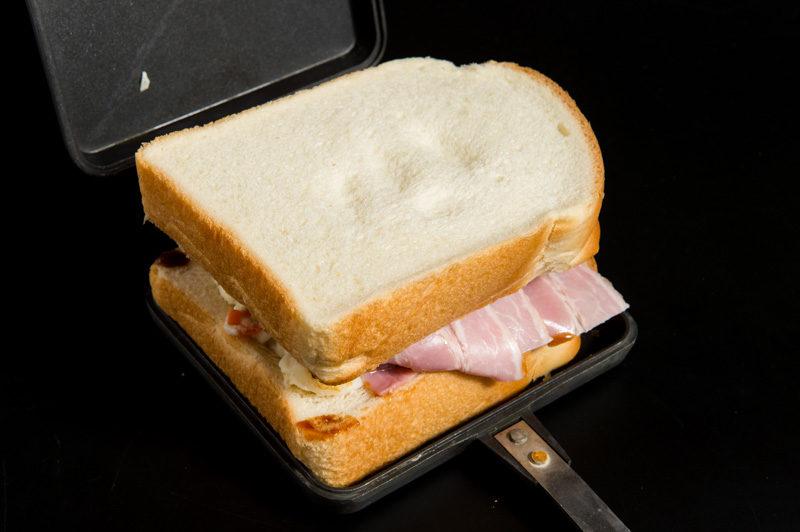 パンを上に置いて押しつぶす