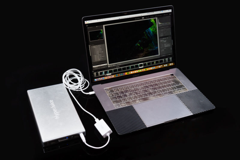 MacBook Proを充電するHyper Juice