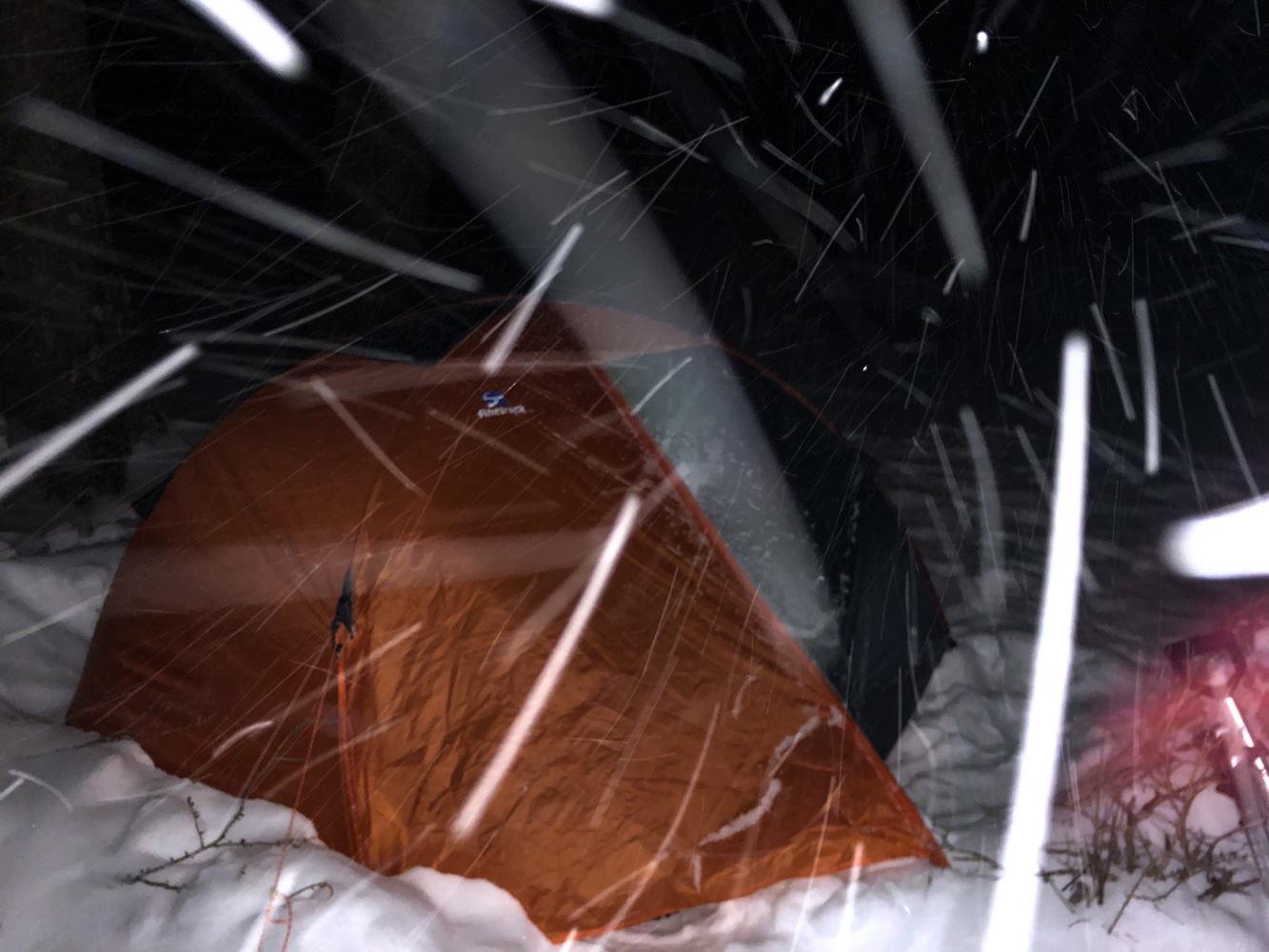 吹雪の中テント泊