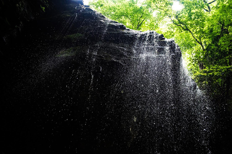 滝の水しぶきを強調する高速シャッター