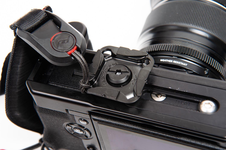 カメラボトムにプレートを接続
