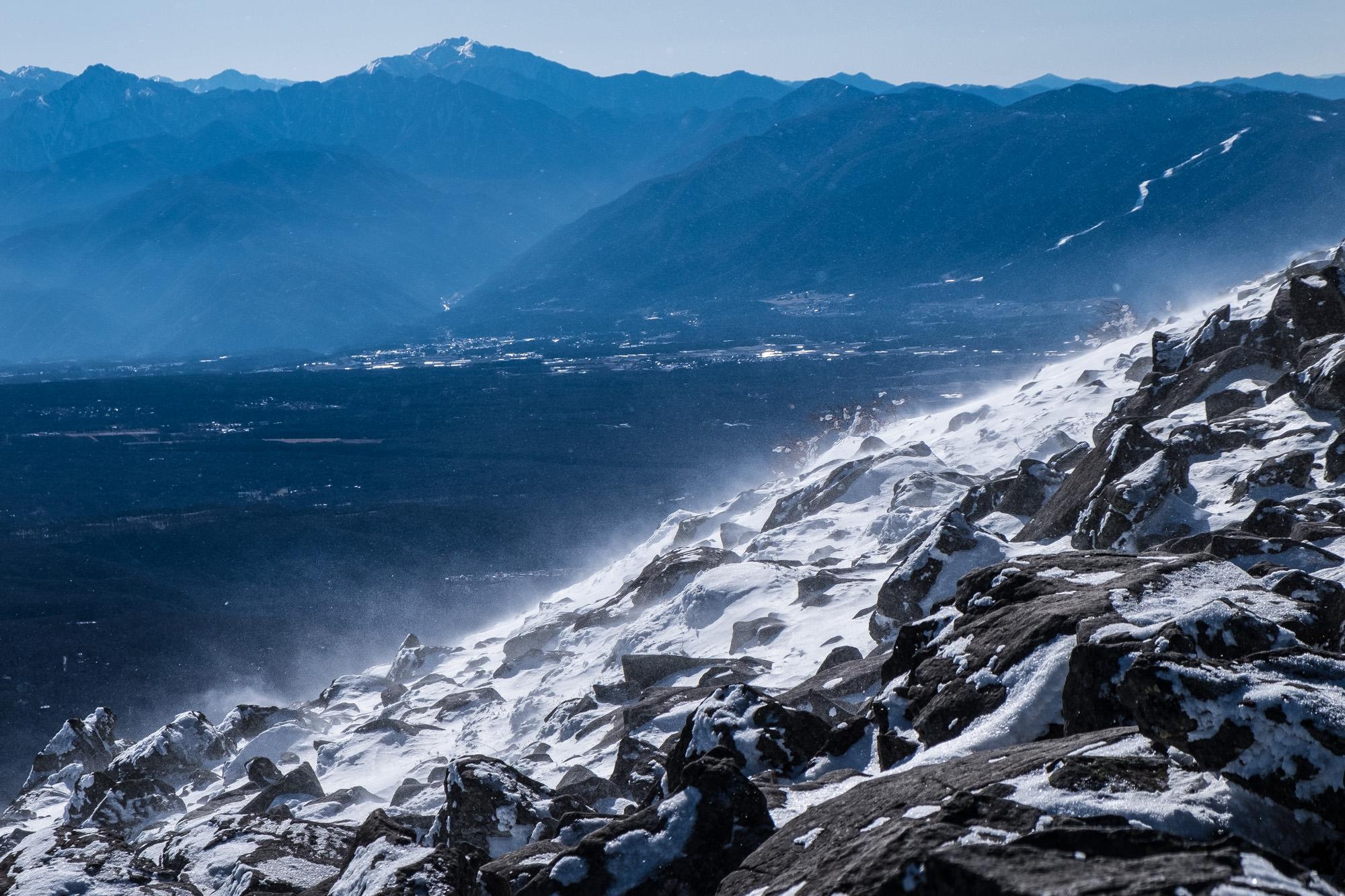 冷気が吹き荒れる山頂