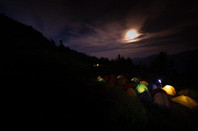 人気のテント場はうるさい