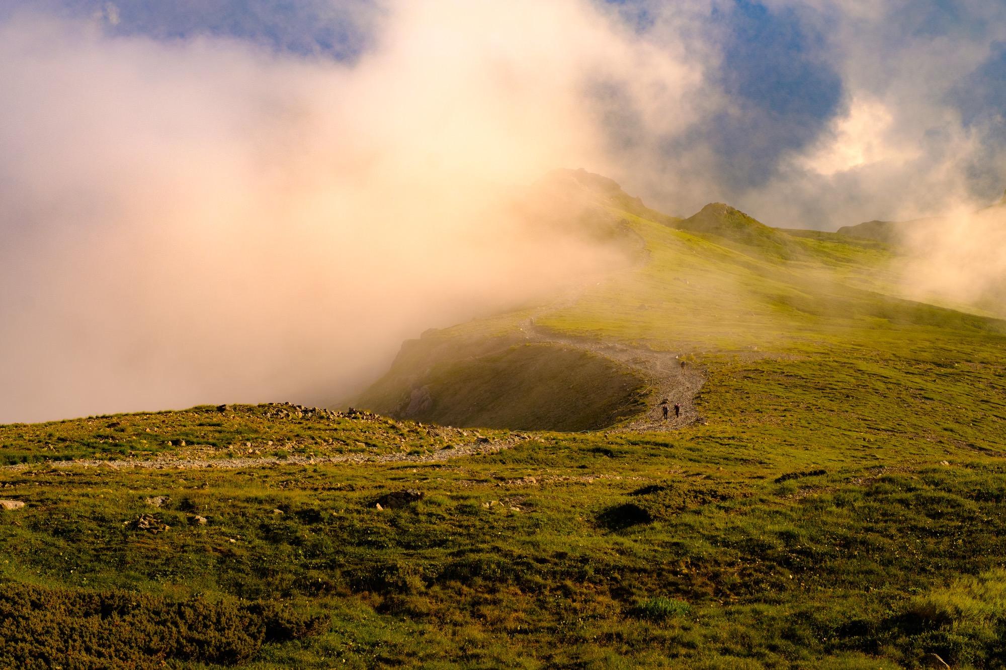 白馬岳稜線を歩く登山者