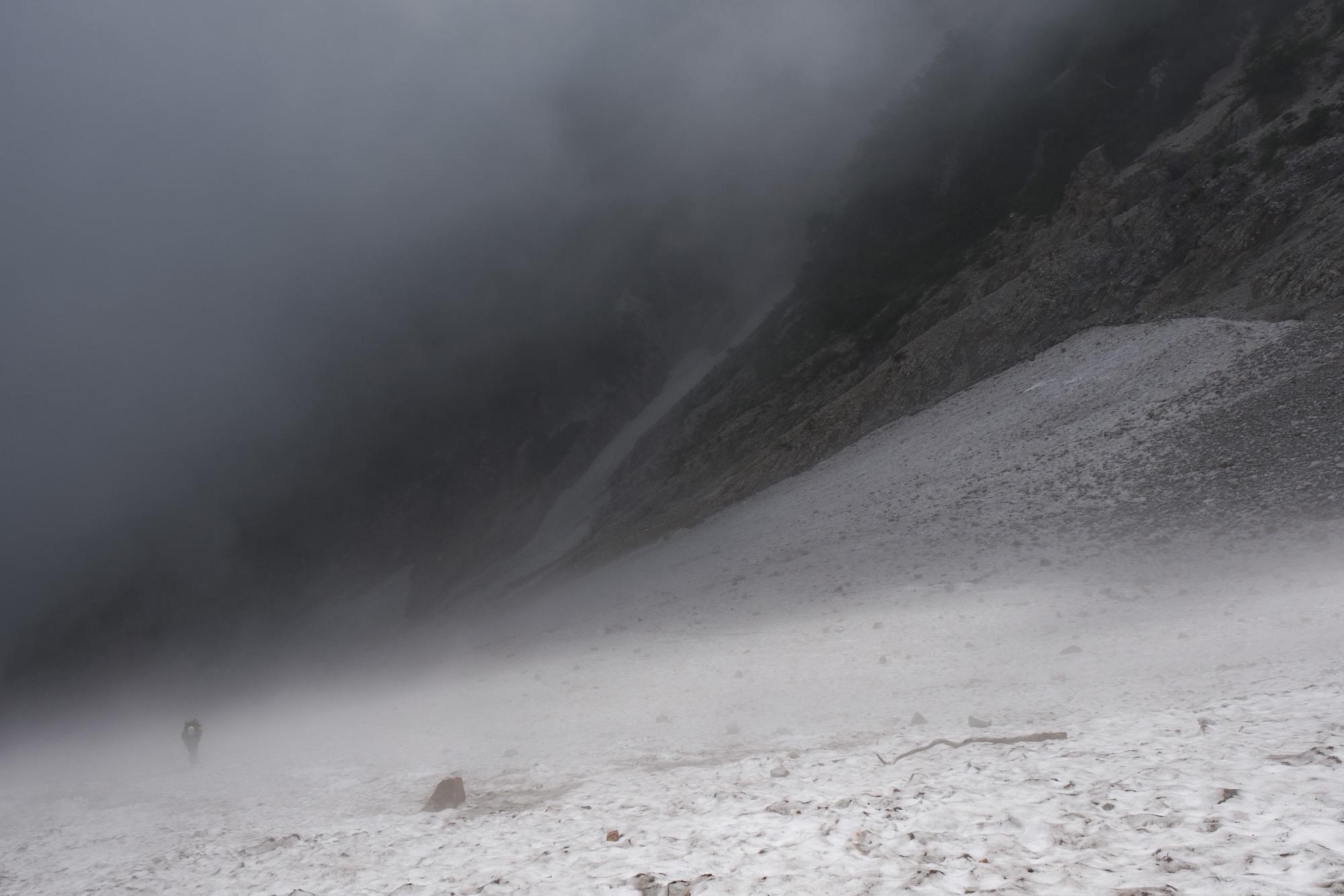 大雪渓に挑む登山者