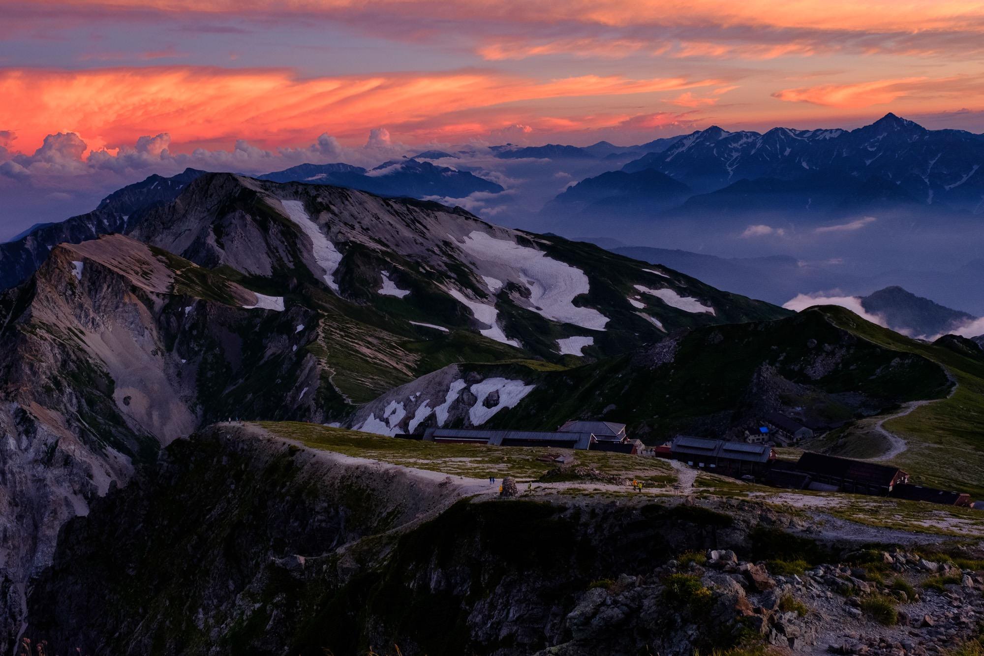 夕焼けが最高潮に達した白馬岳稜線