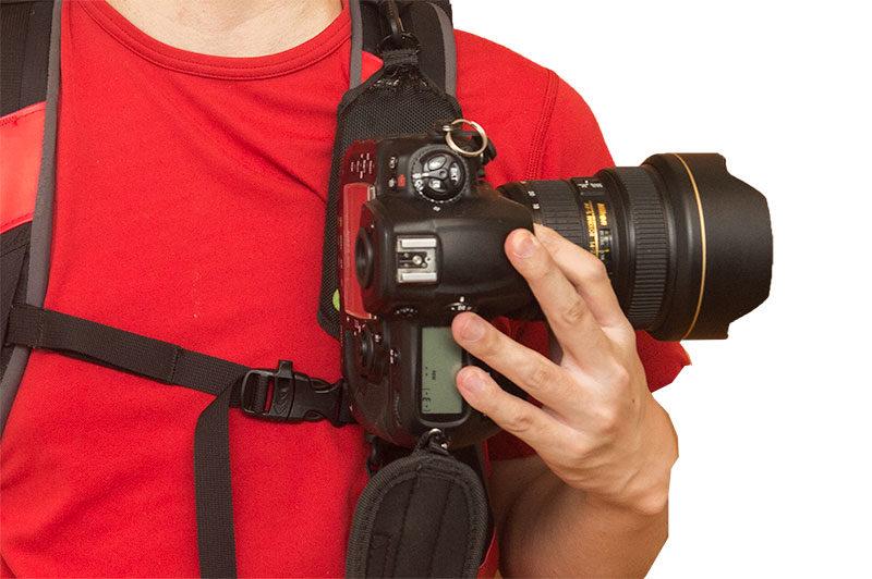 カメラを横に傾けてから装着する